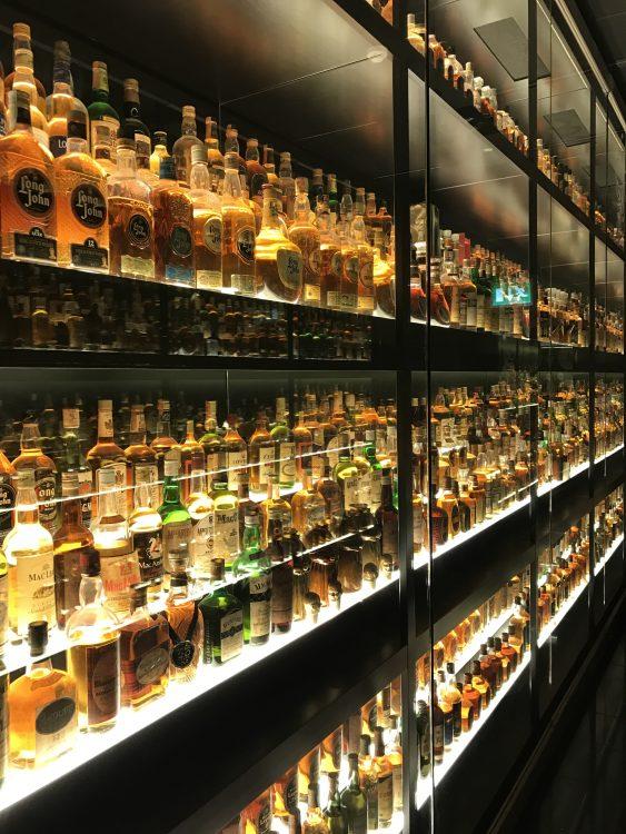 エディンバラのスコッチ ウイスキー エクスペリエンス。歴史や製法、種類などを解説してくれる。お土産やさん併設していて、楽しい。